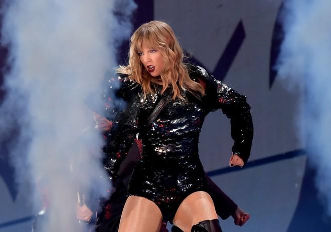 Thời trang tour diễn Reputation: Taylor Swift thay đồ 9 lần, dù béo lên nhưng diện bộ nào cũng sexy và quyền lực - Ảnh 1.