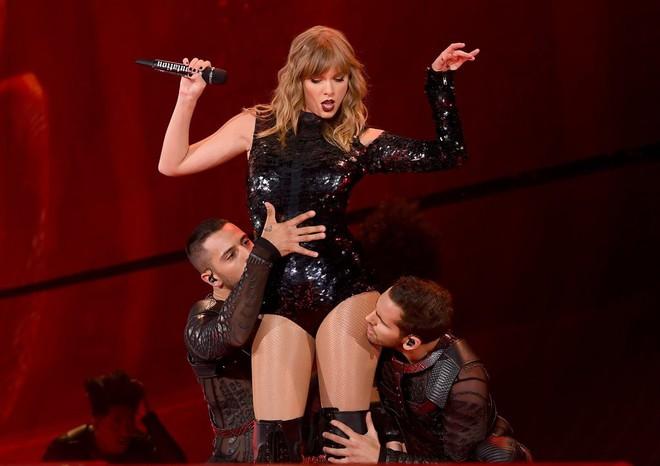Thời trang tour diễn Reputation: Taylor Swift thay đồ 9 lần, dù béo lên nhưng diện bộ nào cũng sexy và quyền lực - Ảnh 2.