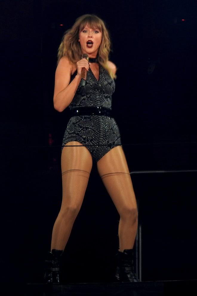 Thời trang tour diễn Reputation: Taylor Swift thay đồ 9 lần, dù béo lên nhưng diện bộ nào cũng sexy và quyền lực - Ảnh 11.