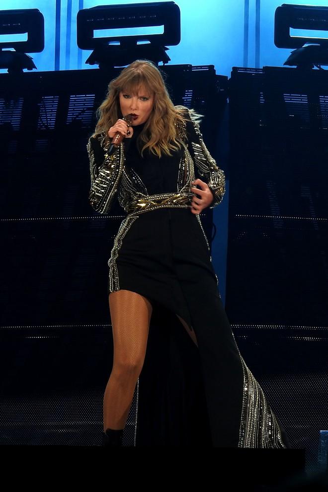 Thời trang tour diễn Reputation: Taylor Swift thay đồ 9 lần, dù béo lên nhưng diện bộ nào cũng sexy và quyền lực - Ảnh 12.