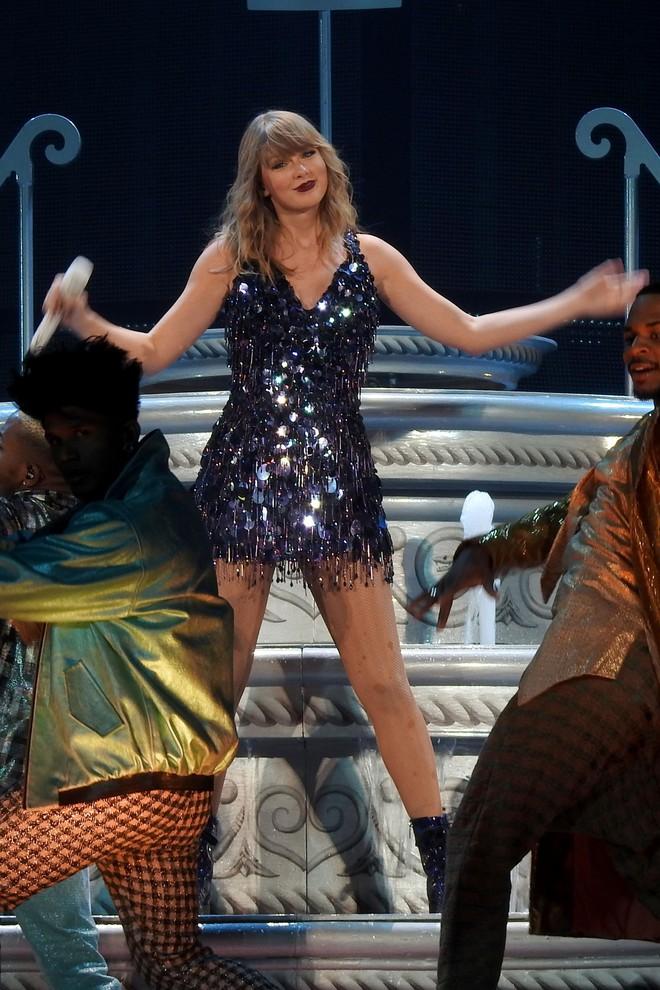 Thời trang tour diễn Reputation: Taylor Swift thay đồ 9 lần, dù béo lên nhưng diện bộ nào cũng sexy và quyền lực - Ảnh 13.