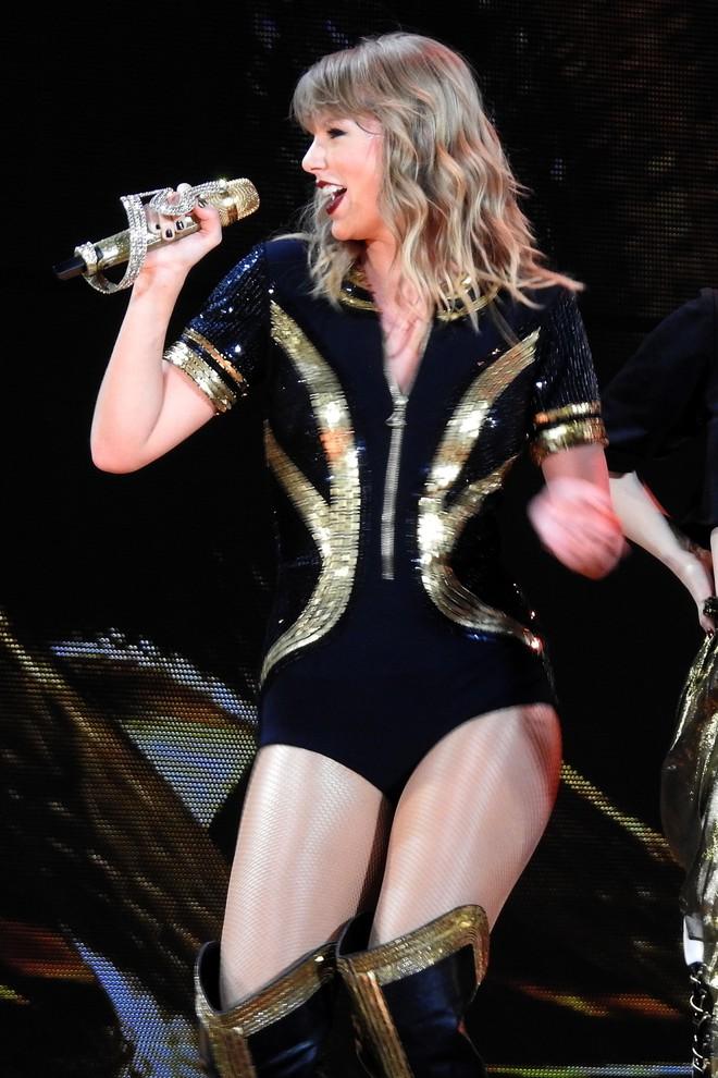 Thời trang tour diễn Reputation: Taylor Swift thay đồ 9 lần, dù béo lên nhưng diện bộ nào cũng sexy và quyền lực - Ảnh 3.