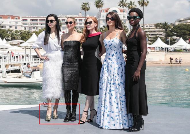 Trong khi Băng Phạm cố mặc chặt chém thì nữ diễn viên này làm điều ngược lại, phá vỡ cả luật thảm đỏ của Cannes - Ảnh 2.