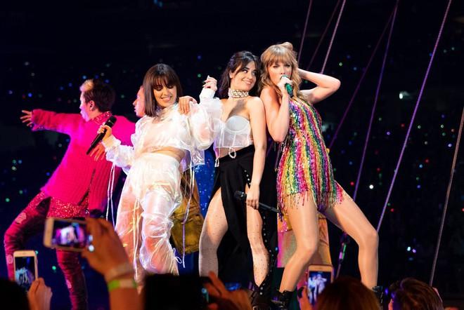 Thời trang tour diễn Reputation: Taylor Swift thay đồ 9 lần, dù béo lên nhưng diện bộ nào cũng sexy và quyền lực - Ảnh 4.