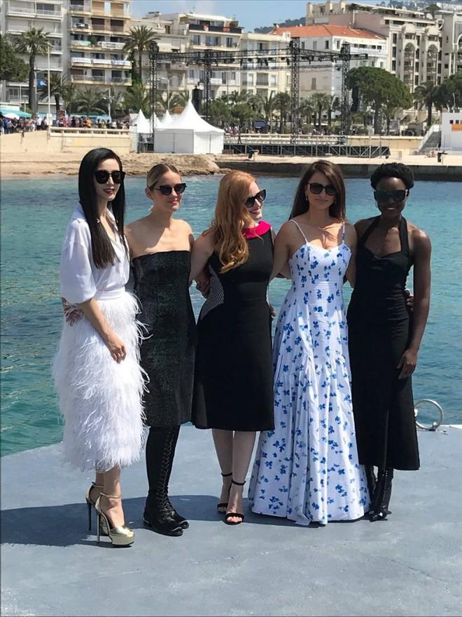 Trong khi Băng Phạm cố mặc chặt chém thì nữ diễn viên này làm điều ngược lại, phá vỡ cả luật thảm đỏ của Cannes - Ảnh 3.