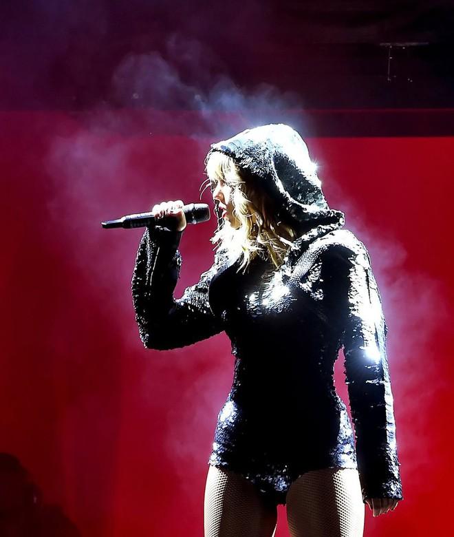 Thời trang tour diễn Reputation: Taylor Swift thay đồ 9 lần, dù béo lên nhưng diện bộ nào cũng sexy và quyền lực - Ảnh 5.