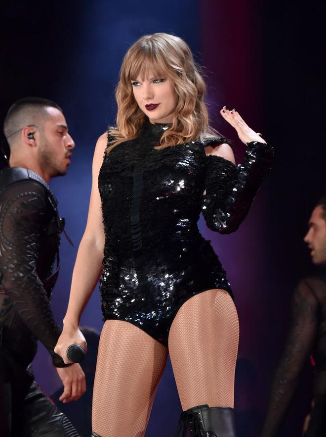 Thời trang tour diễn Reputation: Taylor Swift thay đồ 9 lần, dù béo lên nhưng diện bộ nào cũng sexy và quyền lực - Ảnh 6.