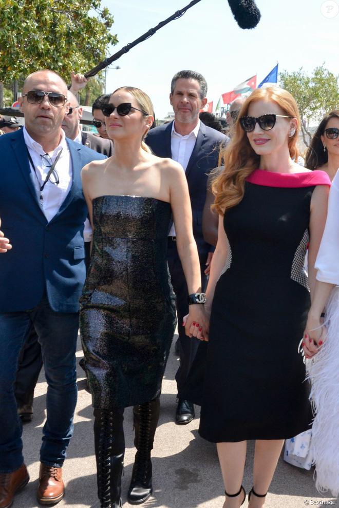 Trong khi Băng Phạm cố mặc chặt chém thì nữ diễn viên này làm điều ngược lại, phá vỡ cả luật thảm đỏ của Cannes - Ảnh 5.