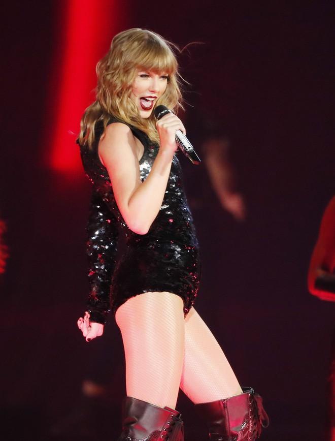 Thời trang tour diễn Reputation: Taylor Swift thay đồ 9 lần, dù béo lên nhưng diện bộ nào cũng sexy và quyền lực - Ảnh 7.