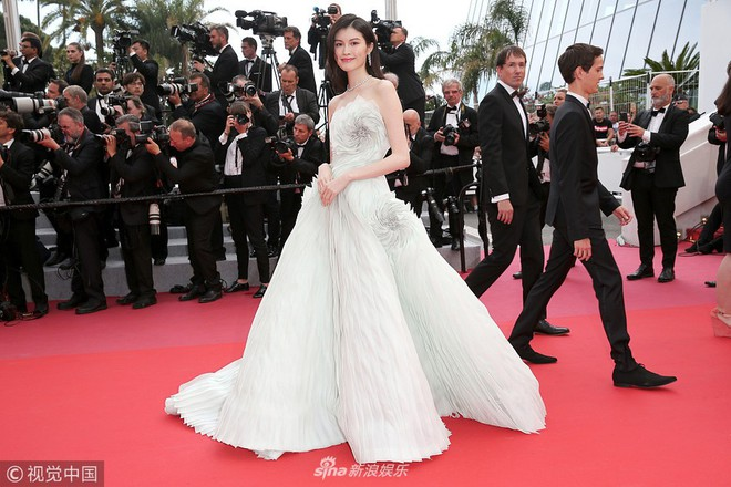 Thảm đỏ LHP Cannes ngày 3: Không có Phạm Băng Băng, mỹ nhân Thái Lan trở thành ngôi sao Châu Á thống trị thảm đỏ Cannes - Ảnh 6.