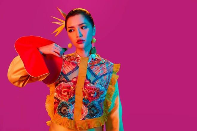 Không chỉ huyền ảo, ma mị trong từng cảnh quay, trang phục trong MV mới của Bích Phương cũng khiến người xem nổi da gà vì quá đẹp - Ảnh 16.