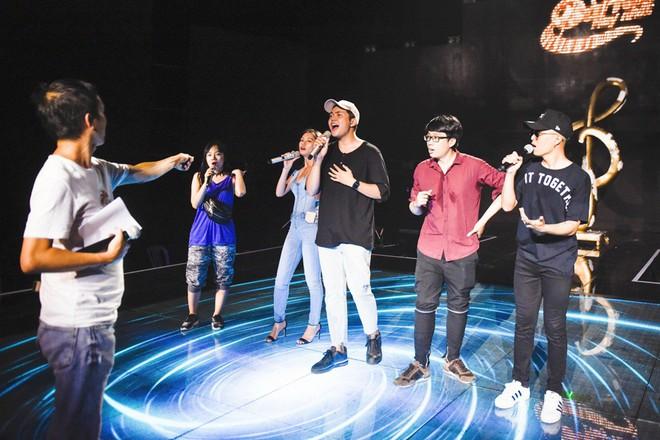 Học trò Lê Minh Sơn cõng chồng lên sân khấu trong đêm Chung kết Sing my song - Ảnh 1.