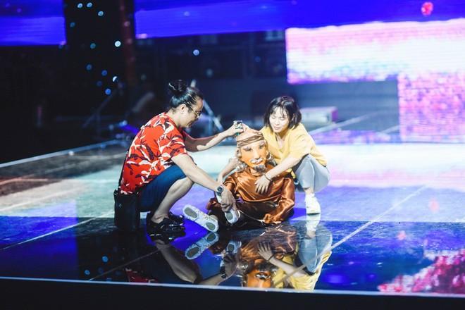 Học trò Lê Minh Sơn cõng chồng lên sân khấu trong đêm Chung kết Sing my song - Ảnh 3.