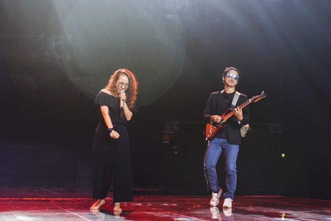Học trò Lê Minh Sơn cõng chồng lên sân khấu trong đêm Chung kết Sing my song - Ảnh 9.