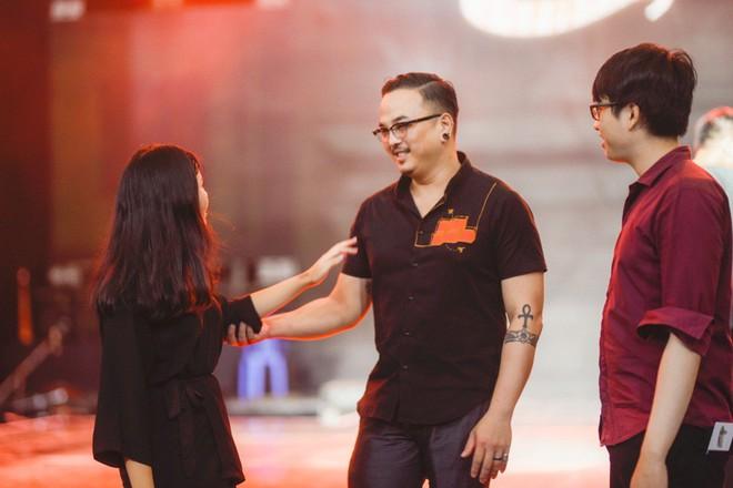 Học trò Lê Minh Sơn cõng chồng lên sân khấu trong đêm Chung kết Sing my song - Ảnh 10.