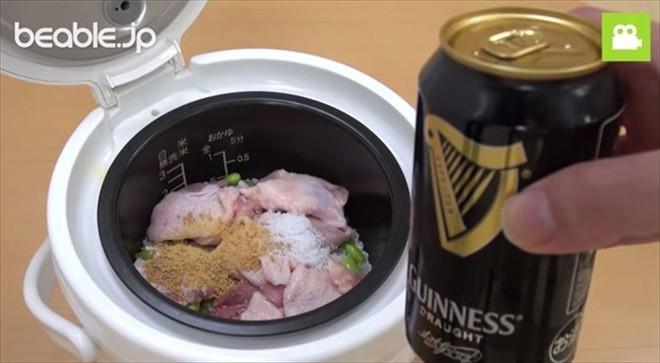 Bố bảo nấu cơm với bia, cả nhà cản không kịp nhưng không ngờ lại ngon đến thế - Ảnh 1.