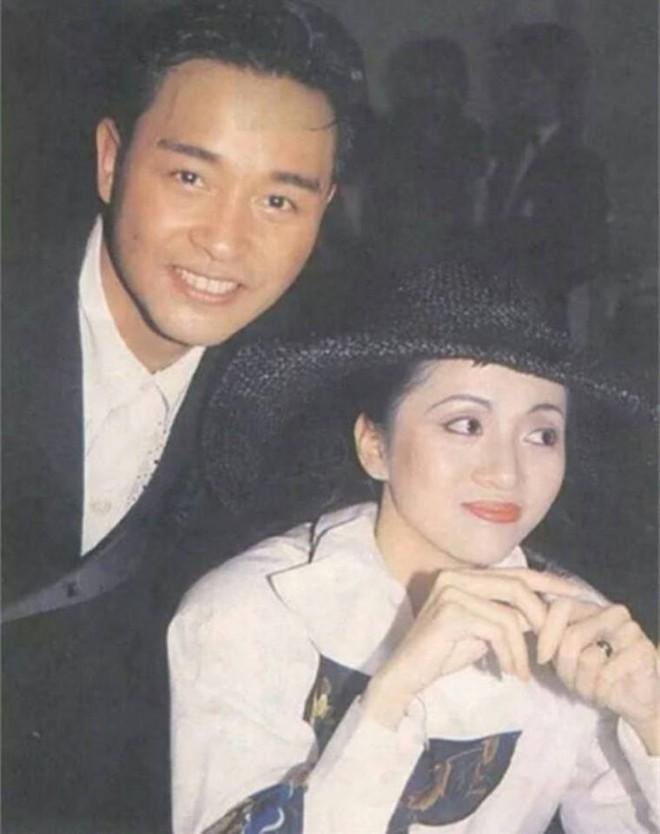 Chùm ảnh quý hiếm của dàn sao TVB: Thanh xuân rực rỡ của thế hệ 7X, 8X bỗng chốc thu nhỏ lại chỉ bằng những bức ảnh cũ, đã sờn màu - ảnh 3