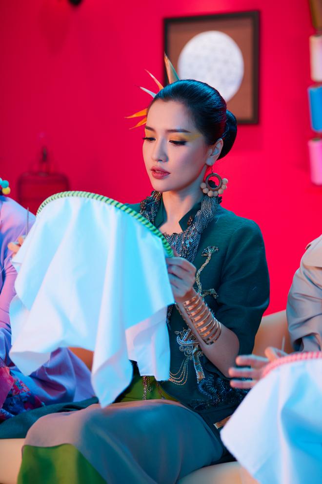 Không chỉ huyền ảo, ma mị trong từng cảnh quay, trang phục trong MV mới của Bích Phương cũng khiến người xem nổi da gà vì quá đẹp - Ảnh 14.