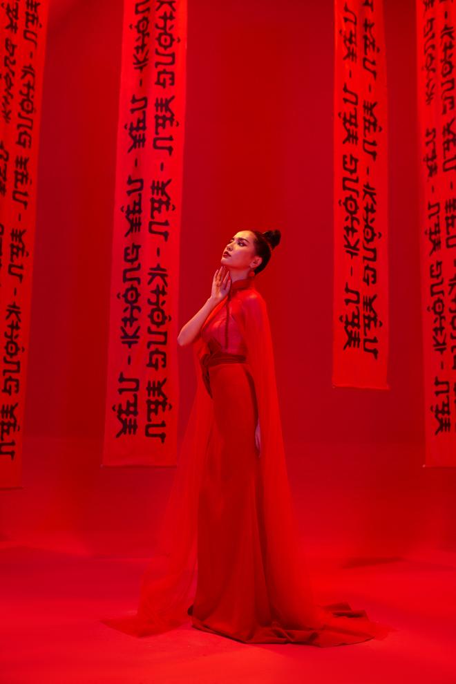 Không chỉ huyền ảo, ma mị trong từng cảnh quay, trang phục trong MV mới của Bích Phương cũng khiến người xem nổi da gà vì quá đẹp - Ảnh 17.