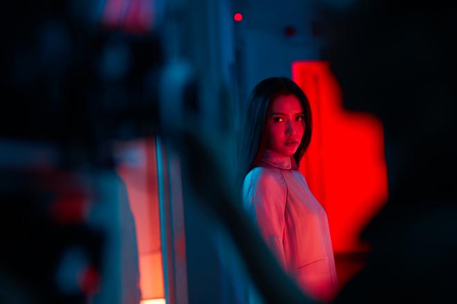 Không chỉ huyền ảo, ma mị trong từng cảnh quay, trang phục trong MV mới của Bích Phương cũng khiến người xem nổi da gà vì quá đẹp - Ảnh 4.