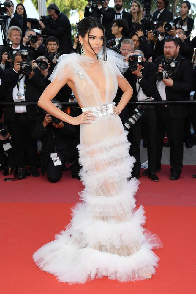 Hai lần xuất hiện tại Cannes 2018, Kendall Jenner đều mặc mà như không nhưng khuôn mặt đơ cứng của cô mới khiến công chúng chú ý nhất - Ảnh 1.