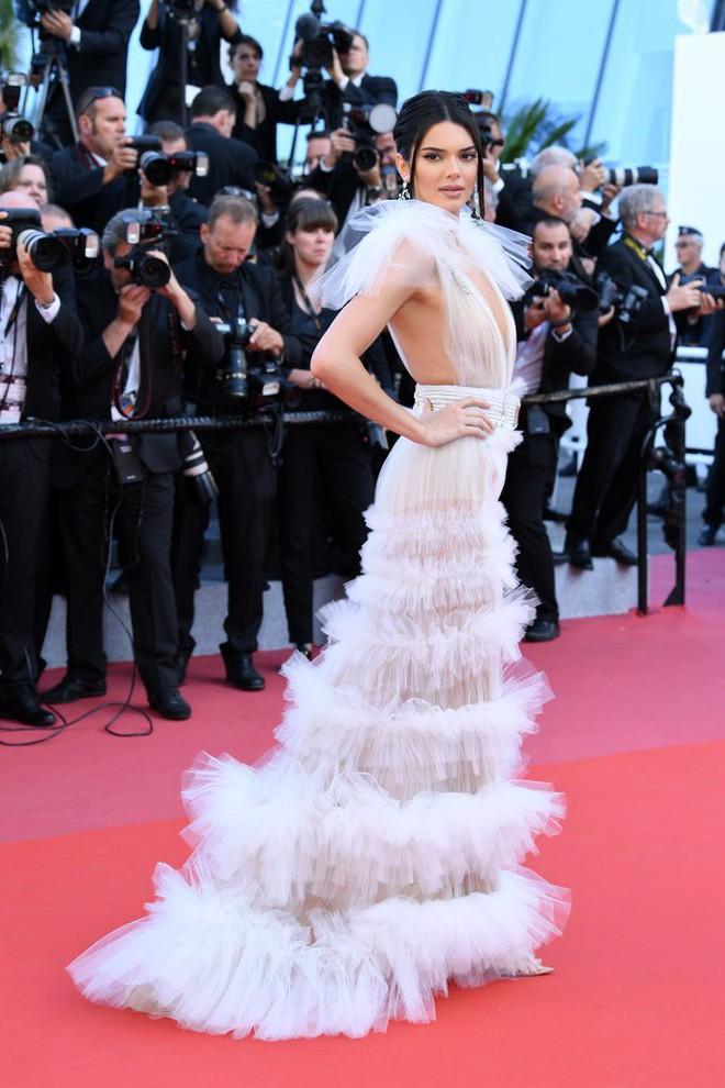 Hai lần xuất hiện tại Cannes 2018, Kendall Jenner đều mặc mà như không nhưng khuôn mặt đơ cứng của cô mới khiến công chúng chú ý nhất - Ảnh 2.