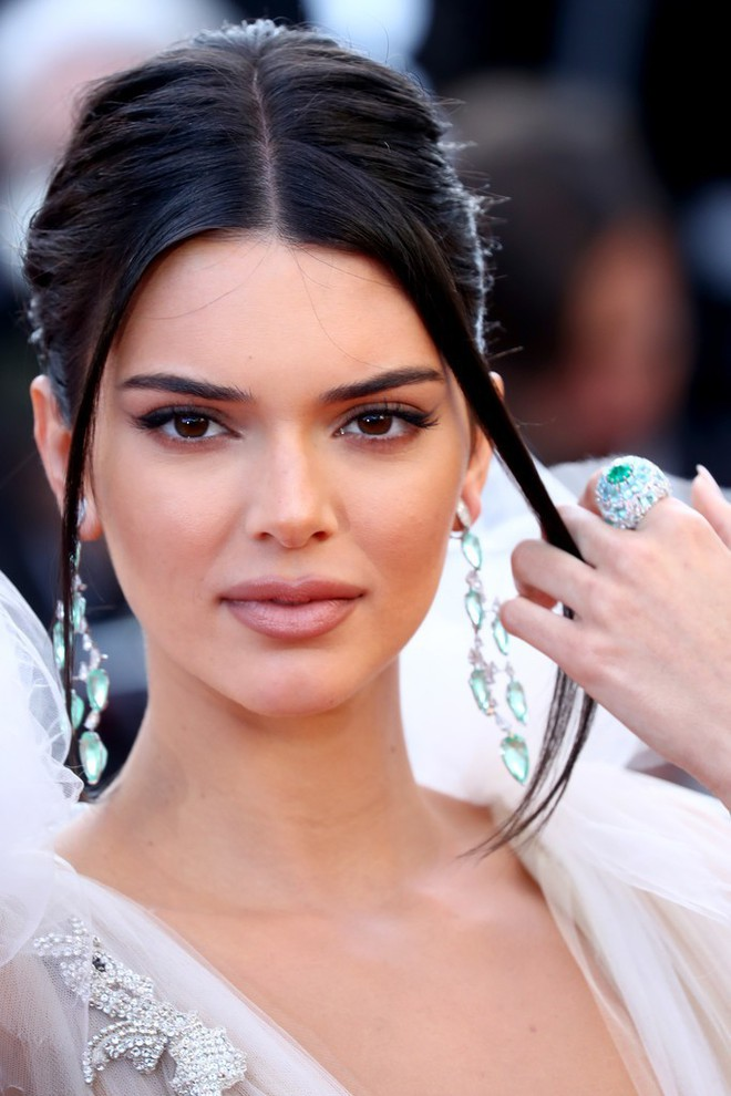 Hai lần xuất hiện tại Cannes 2018, Kendall Jenner đều mặc mà như không nhưng khuôn mặt đơ cứng của cô mới khiến công chúng chú ý nhất - Ảnh 4.