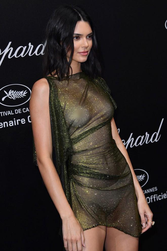 Hai lần xuất hiện tại Cannes 2018, Kendall Jenner đều mặc mà như không nhưng khuôn mặt đơ cứng của cô mới khiến công chúng chú ý nhất - Ảnh 5.
