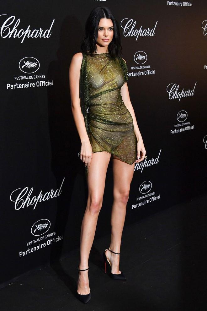 Hai lần xuất hiện tại Cannes 2018, Kendall Jenner đều mặc mà như không nhưng khuôn mặt đơ cứng của cô mới khiến công chúng chú ý nhất - Ảnh 7.