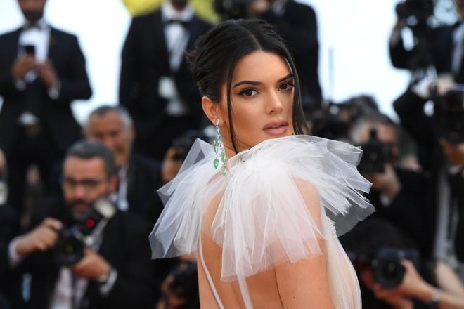 Hai lần xuất hiện tại Cannes 2018, Kendall Jenner đều mặc mà như không nhưng khuôn mặt đơ cứng của cô mới khiến công chúng chú ý nhất - Ảnh 3.