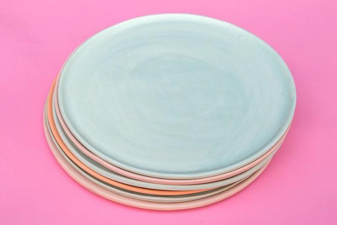 Những mẫu đĩa sứ thanh lịch cho bữa ăn ở nhà sang như khách sạn 5 sao - Ảnh 1.