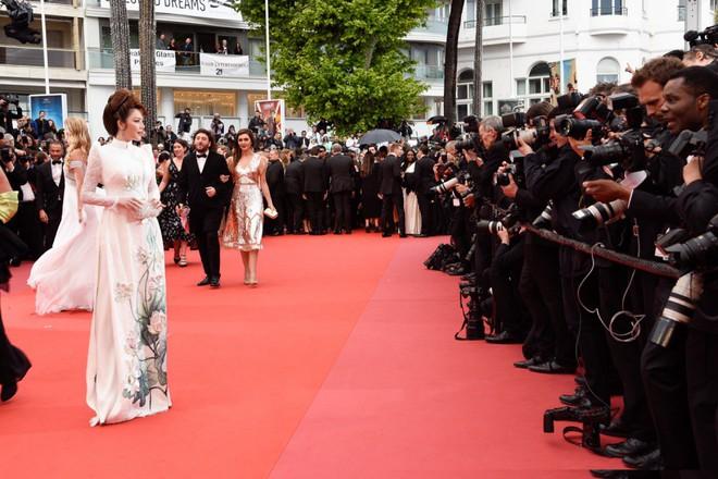 Lý Nhã Kỳ gây ấn tượng với tà áo dài Việt, hội ngộ Naomi Campbell tại LHP Cannes 2018 - Ảnh 8.