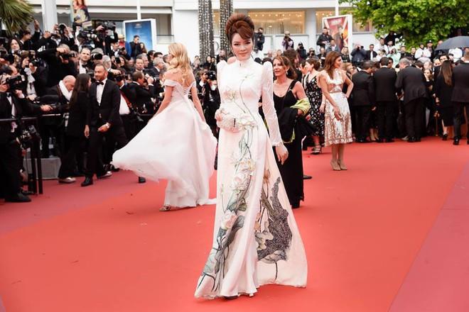 Lần đầu mang tà áo dài lên thảm đỏ LHP Cannes, Lý Nhã Kỳ thu hút sự chú ý với vẻ đẹp nền nã đầy sang trọng - Ảnh 3.