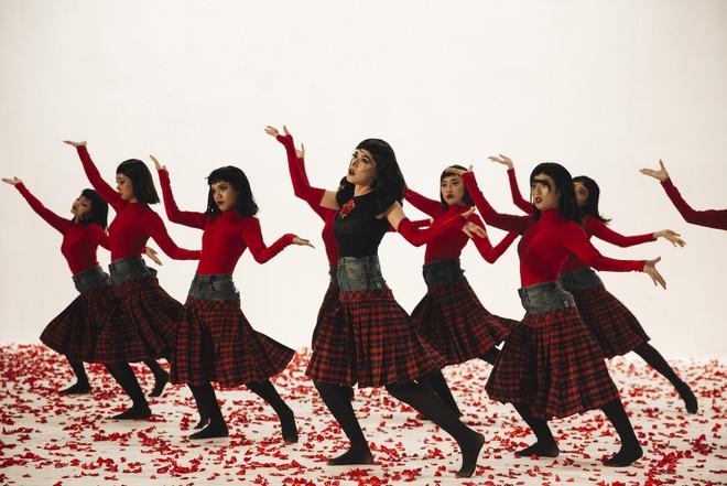 Chi Pu gây ám ảnh bởi tạo hình, vũ đạo ma mị trong MV mới - Ảnh 8.
