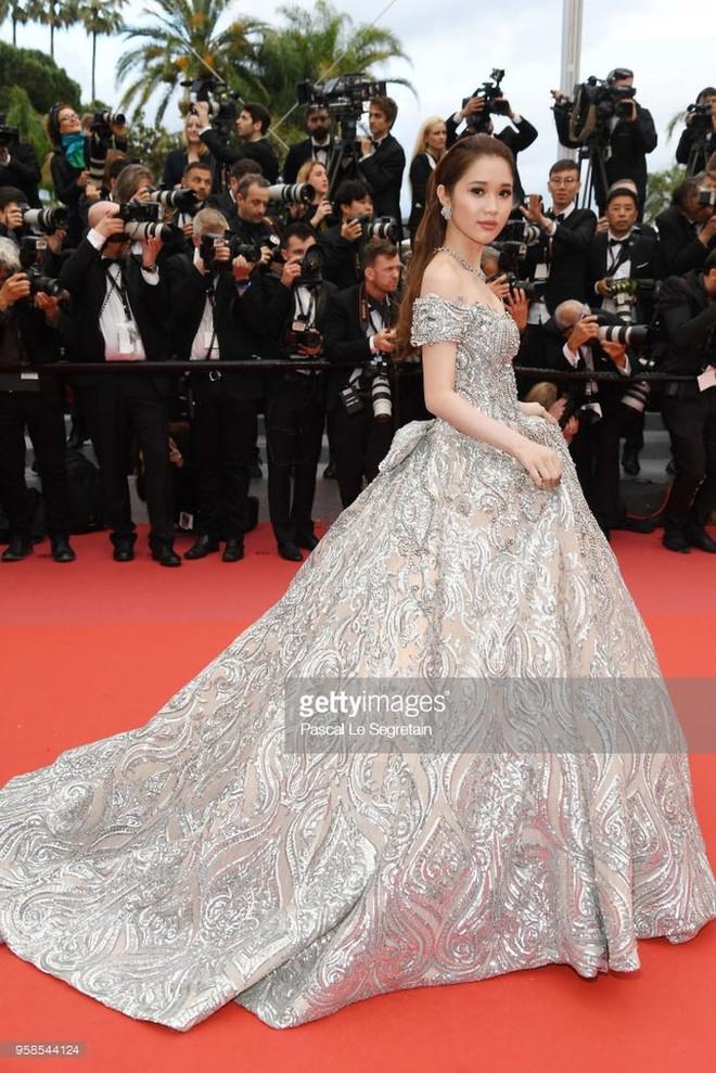 Lần đầu mang tà áo dài lên thảm đỏ LHP Cannes, Lý Nhã Kỳ thu hút sự chú ý với vẻ đẹp nền nã đầy sang trọng - Ảnh 7.