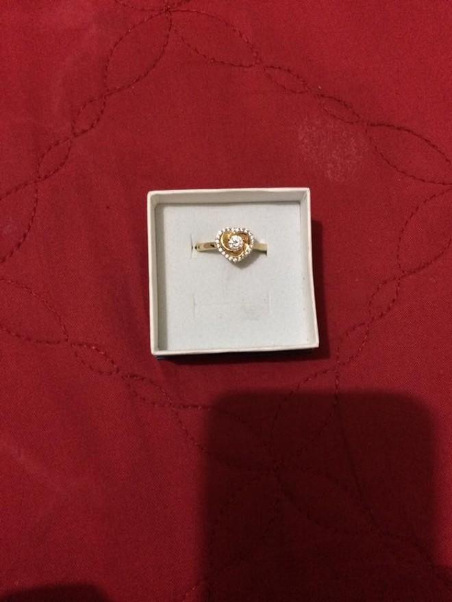 Người yêu cũ đã có vợ con bỗng gửi tặng nhẫn vàng vào ngày sinh nhật, cô gái hoang mang còn dân mạng gợi ý đủ cách xử lý - Ảnh 1.