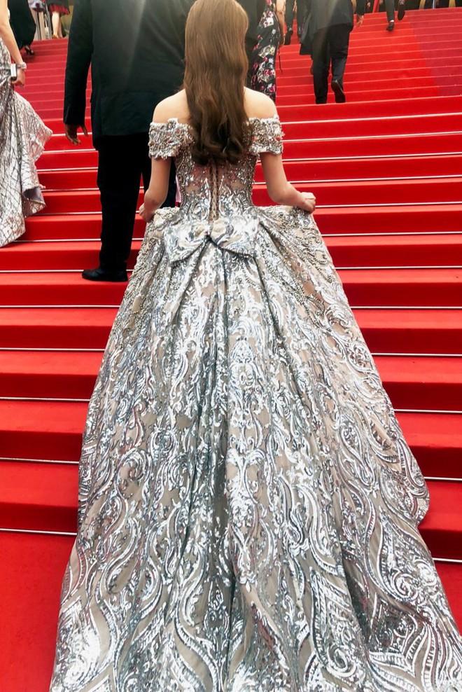 Lần đầu mang tà áo dài lên thảm đỏ LHP Cannes, Lý Nhã Kỳ thu hút sự chú ý với vẻ đẹp nền nã đầy sang trọng - Ảnh 8.