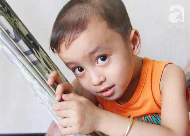 Bố bị điện giật cháy cả người không có tiền chữa, bé trai 4 tuổi sợ hãi nép vào lòng mẹ vì không nhận ra - Ảnh 2.