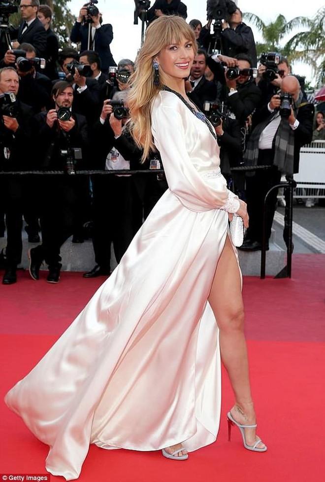 Người táo bạo diện váy hở nội y, kẻ khoe nguyên vòng eo nhiều mỡ trên thảm đỏ Cannes ngày thứ 7 - Ảnh 1.