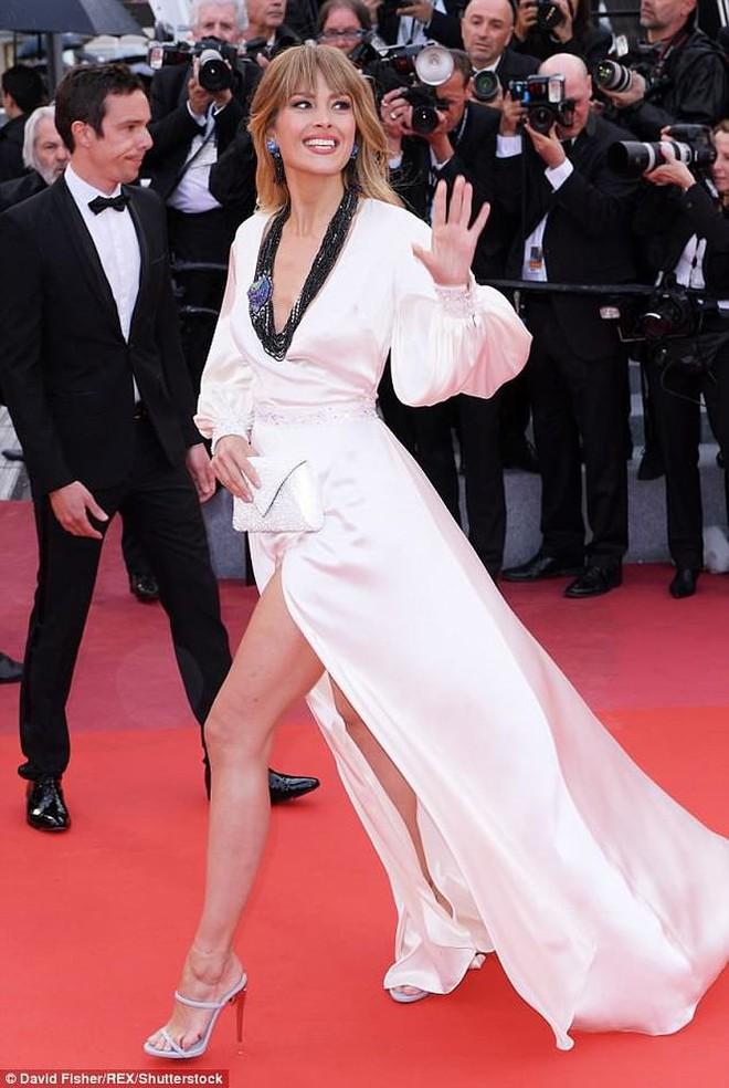 Người táo bạo diện váy hở nội y, kẻ khoe nguyên vòng eo nhiều mỡ trên thảm đỏ Cannes ngày thứ 7 - Ảnh 2.