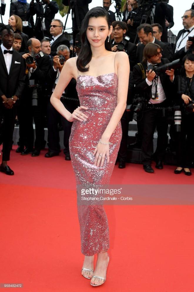 Người táo bạo diện váy hở nội y, kẻ khoe nguyên vòng eo nhiều mỡ trên thảm đỏ Cannes ngày thứ 7 - Ảnh 5.