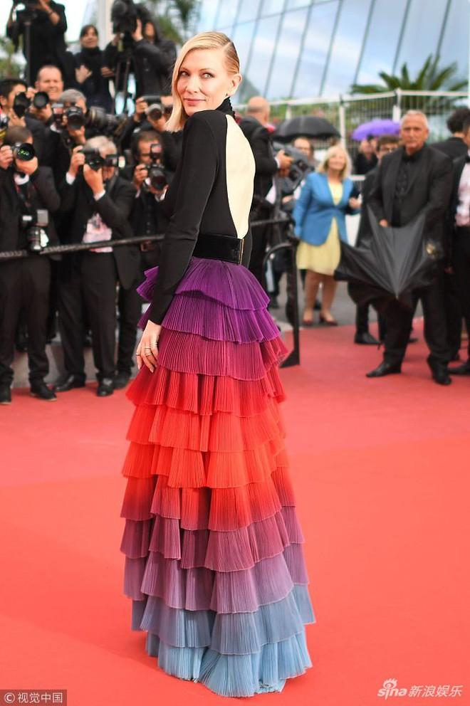 Người táo bạo diện váy hở nội y, kẻ khoe nguyên vòng eo nhiều mỡ trên thảm đỏ Cannes ngày thứ 7 - Ảnh 6.
