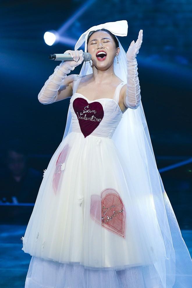 Chắc vừa mơ làm công chúa nhưng vẫn ham hố hóa cô dâu nên Văn Mai Hương mới ăn vận thế này đi hát - Ảnh 3.