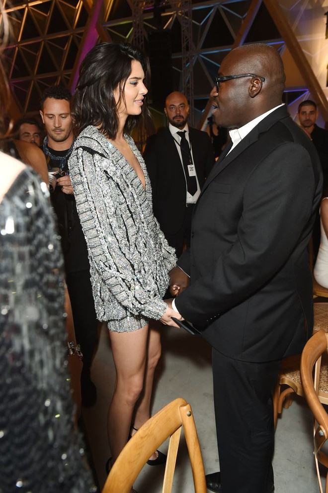 Diện độc 1 chiếc áo len, Kendall Jenner chứng tỏ đẳng cấp khi mặc không hề phô mà còn khoe khéo đôi chân dài - Ảnh 2.