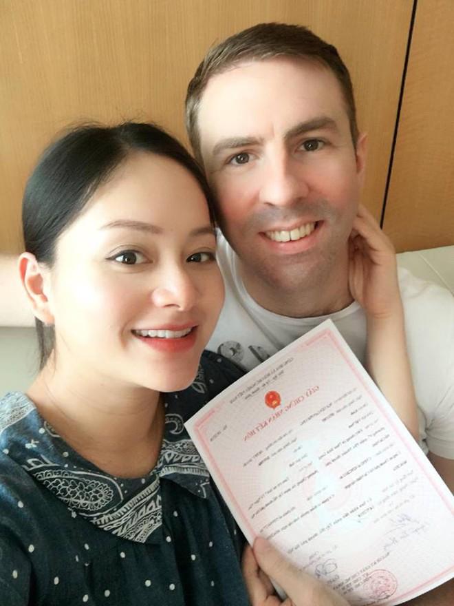 Sắp đến ngày lâm bồn, Lan Phương hạnh phúc khoe giấy đăng kí kết hôn nóng hổi với bạn trai Tây - Ảnh 1.