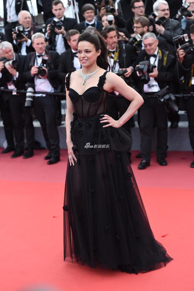 Người táo bạo diện váy hở nội y, kẻ khoe nguyên vòng eo nhiều mỡ trên thảm đỏ Cannes ngày thứ 7 - Ảnh 18.