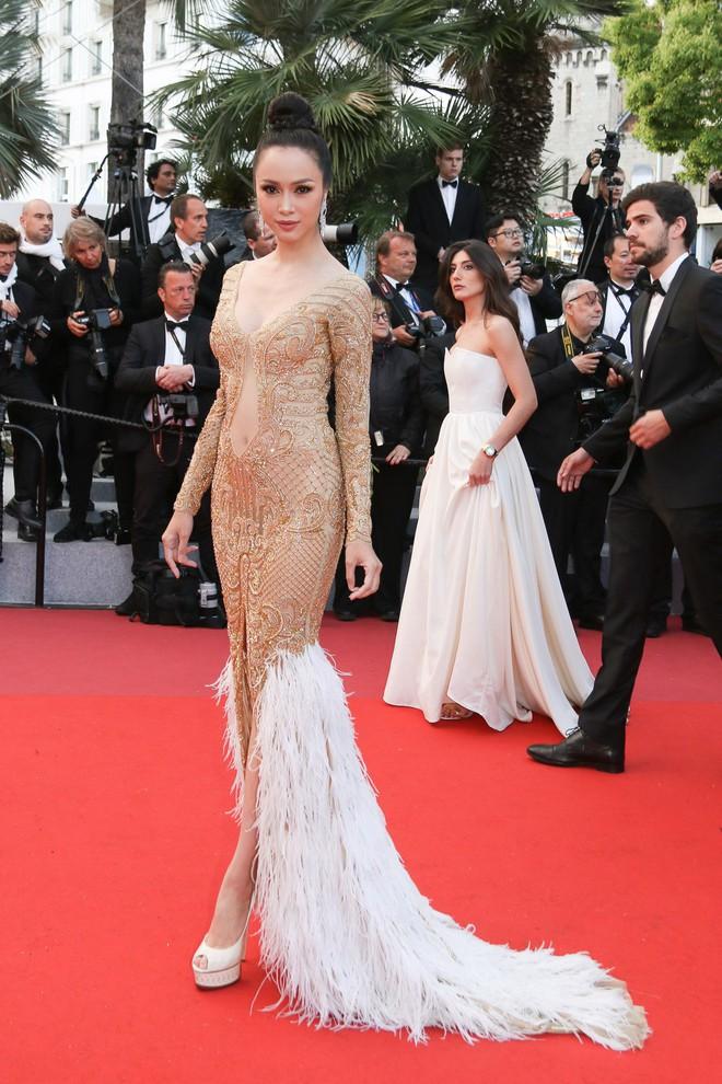 Tiếp tục diện đầm xuyên thấu lên thảm đỏ Cannes, Vũ Ngọc Anh khiến bộ váy như bị quá sức vì không che được những vùng cần che - Ảnh 1.