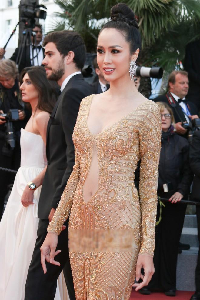 Tiếp tục diện đầm xuyên thấu lên thảm đỏ Cannes, Vũ Ngọc Anh khiến bộ váy như bị quá sức vì không che được những vùng cần che - Ảnh 2.