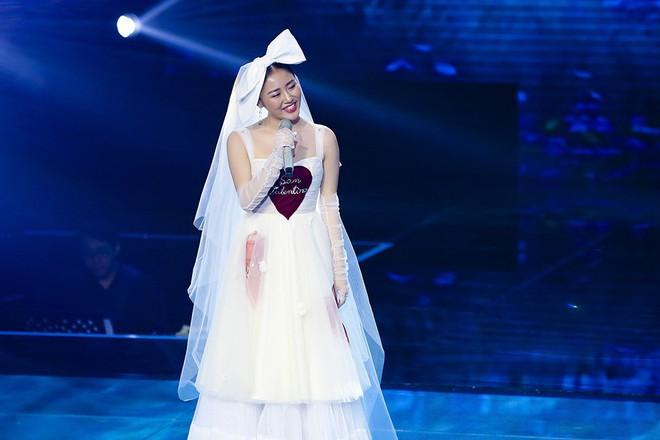 Chắc vừa mơ làm công chúa nhưng vẫn ham hố hóa cô dâu nên Văn Mai Hương mới ăn vận thế này đi hát - Ảnh 1.