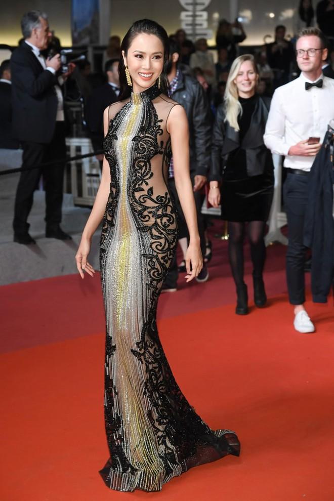 Lần đầu mang tà áo dài lên thảm đỏ LHP Cannes, Lý Nhã Kỳ thu hút sự chú ý với vẻ đẹp nền nã đầy sang trọng - Ảnh 9.
